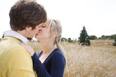 Jeunes baisers caucasiens de couples Photographie stock libre de droits