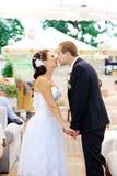 Jeunes baisers caucasiens de couples de mariage Image stock