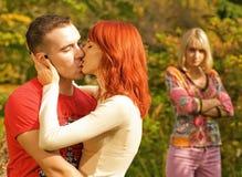 Jeunes baisers de couples Photographie stock libre de droits