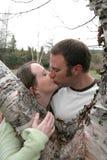 Jeunes baisers de couples photographie stock