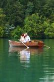 Jeunes baisers de couples de mariage Images stock
