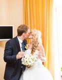 Jeunes baisers de couples de mariage photo stock