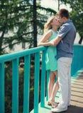 Jeunes baisers doux de couples Image libre de droits