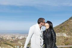 Jeunes baisers heureux de couples extérieurs Photographie stock libre de droits