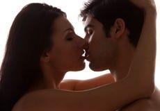 Jeunes baisers romantiques de couples Photo stock