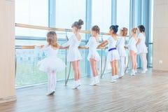 Jeunes ballerines préparant dans la classe de ballet Ils exécutent différents exercices chorégraphiques Ils se tiennent dans diff image stock