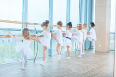 Jeunes ballerines préparant dans la classe de ballet Ils exécutent différents exercices chorégraphiques Ils se tiennent dans diff photographie stock