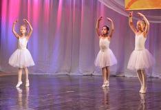 Jeunes ballerines sur l'étape Photo stock
