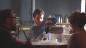 Jeunes barman beaux faisant le thé Temps de thé clips vidéos