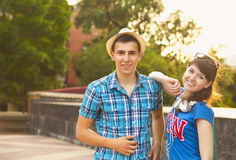 Jeunes beaux ados mignons se reposant dans la ville près de l'université ensuite Image stock