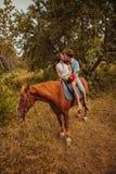 Jeunes beaux ajouter à un cheval filtré Foyer sélectif Images libres de droits