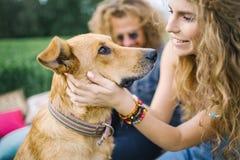 Jeunes beaux ajouter hippies au chien en nature Photos libres de droits