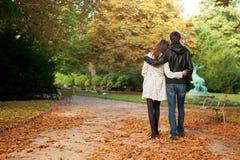 Jeunes beaux couples à l'automne Photos libres de droits