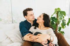Jeunes beaux couples étreignant et parlant Sentiments profonds, amour, affection Relations de confiance étroites entre un homme Image libre de droits