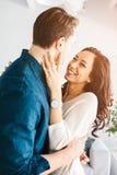 Jeunes beaux couples étreignant et parlant Sentiments profonds, amour, affection Relations de confiance étroites entre un homme Photos libres de droits
