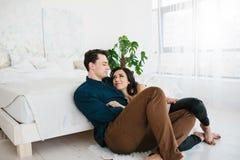Jeunes beaux couples étreignant et parlant Sentiments profonds, amour, affection Relations de confiance étroites entre un homme Photos stock