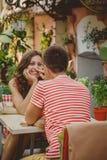 Jeunes beaux couples affectueux heureux se reposant au café en plein air de rue regardant l'un l'autre Début d'histoire d'amour r Photos stock