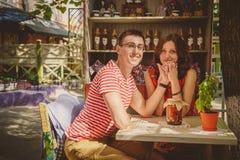 Jeunes beaux couples affectueux heureux se reposant au café en plein air de rue tenant des mains Début d'histoire d'amour Amour d Photo libre de droits