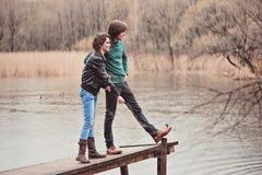 Jeunes beaux couples affectueux heureux sur la promenade en premier ressort Photographie stock libre de droits
