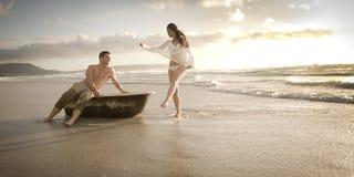 Jeunes beaux couples appréciant un après-midi à la plage Photo stock
