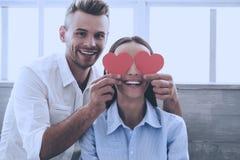 Jeunes beaux couples ayant l'amusement à la maison douce photographie stock
