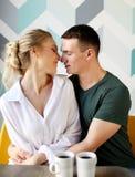 Jeunes beaux couples ayant la table de petit déjeuner photo stock