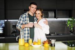Jeunes beaux couples ayant la table de petit déjeuner images stock
