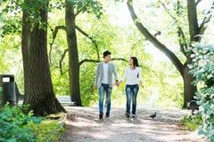 Jeunes beaux couples ayant lieu une date et ayant une promenade Image stock