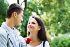 Jeunes beaux couples ayant une date dans le parc Photo libre de droits