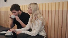 Jeunes, beaux couples ayant une date en café de café, de parler et de boissons Photographie stock