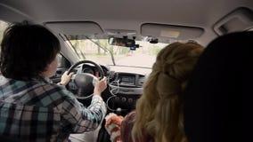 Jeunes beaux couples conduisant dans la voiture Ayez l'amusement et la danse clips vidéos