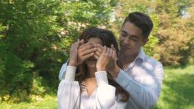 Jeunes beaux couples dans des vêtements blancs, une date en parc banque de vidéos