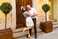 Jeunes beaux couples dans l'amour Image libre de droits