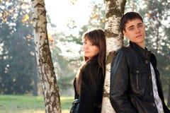 Jeunes beaux couples dans l'amour dedans à l'extérieur Photo libre de droits