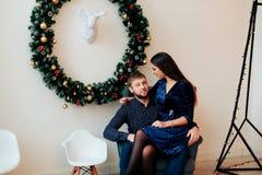 Jeunes beaux couples dans l'amour en décor de nouvelle année Photos libres de droits