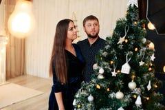 Jeunes beaux couples dans l'amour en décor de nouvelle année Photographie stock