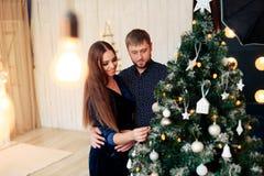 Jeunes beaux couples dans l'amour en décor de nouvelle année Photographie stock libre de droits