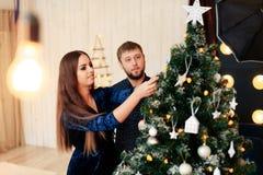 Jeunes beaux couples dans l'amour en décor de nouvelle année Photo stock
