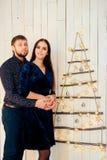 Jeunes beaux couples dans l'amour en décor de nouvelle année Photos stock