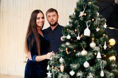 Jeunes beaux couples dans l'amour en décor de nouvelle année Images stock