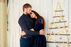 Jeunes beaux couples dans l'amour en décor de nouvelle année Image stock
