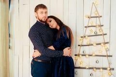 Jeunes beaux couples dans l'amour en décor de nouvelle année Photo libre de droits