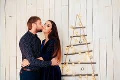 Jeunes beaux couples dans l'amour en décor de nouvelle année Image libre de droits