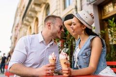Jeunes beaux couples dans l'amour mangeant la crème glacée  Images libres de droits