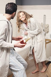 Couples dans la salle de bains Photographie stock libre de droits
