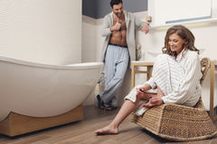 Couples dans la salle de bains Image stock