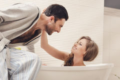 Jeunes couples dans la salle de bains Photo stock