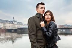 Jeunes beaux couples dans la ville Photo stock