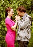 Jeunes beaux couples dans un baiser doux de joue Images stock