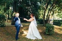 Jeunes beaux couples de nouveaux mariés sur la nature en été 1 photographie stock